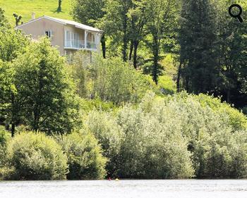 s jour en g te la maison du lac bord du lac saint etienne cantal s dans le cantal. Black Bedroom Furniture Sets. Home Design Ideas