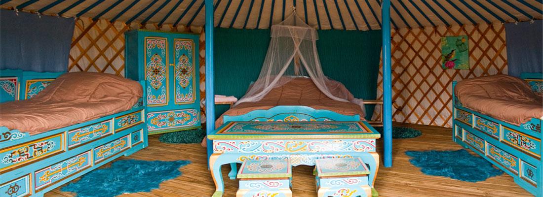 S jour en yourte traditionnelle la ferme avec baln o for Interieur yourte
